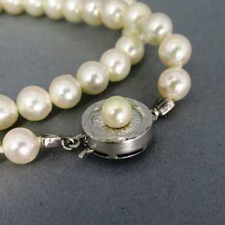 Pearl necklace with silver closure