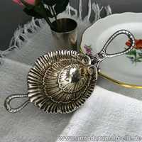Shell-shaped tea stainer in silver