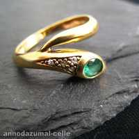 Snake-shaped ring with emerald and diamonds