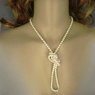 Pearl necklace with white gold closure