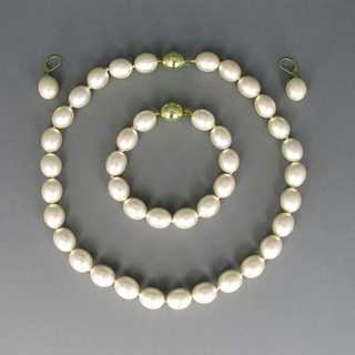 Vintage 4 pieces jewelry set for a lady with freshwater pearls in gold parure
