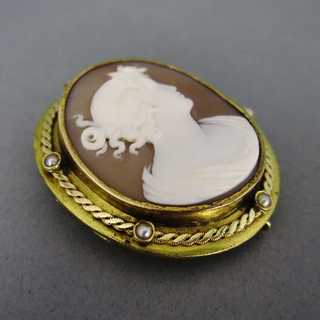 Antique cameo brooch with pearls