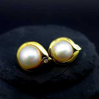 Elegant stud earrings in yellow gold with big mabe pearls and small diamonds