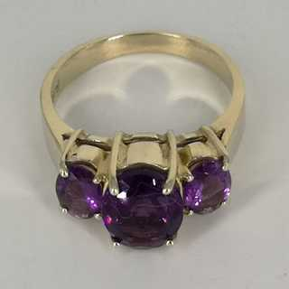 Delightful ladies ring in gold with three magnificent violet amethysts vintage