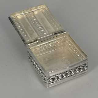 Small pill box in 925 silver with arcanthus decor