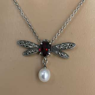 Delicate butterfly necklace in silver with garnet and pearl