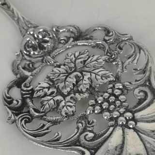 Historimus pastry server with vine leaves pattern in silver