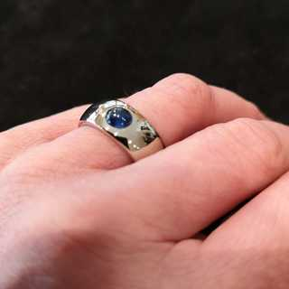 Magnificent band ring with natural sapphire