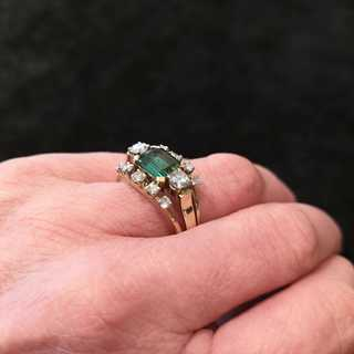 Ladies ring with emerald and diamonds from the 1960 / 70s