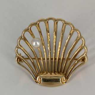 Enchanting shell brooch in gold with a pearl around 1980