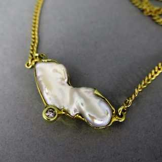 Gold collier with natural shaped pearl